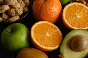 heldere close-up schijfje verse sinaasappel, appel, kiwi en avocado foto