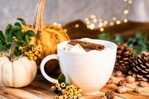 gezellige warme chocolademelk met herfstdecor foto