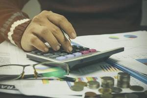 hand te typen op een rekenmachine foto