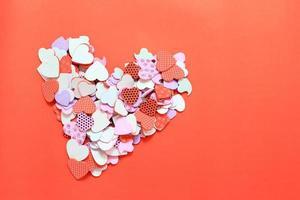 confetti harten op rood foto