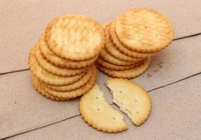 crackers op bruin oppervlak