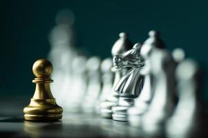 zilveren en gouden schaakstukken foto