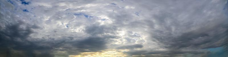 dramatische wolken bij zonsondergang