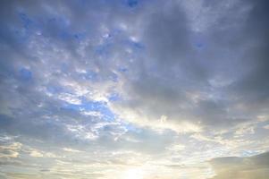 wolken in een blauwe hemel op gouden uur