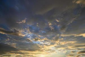gouden wolken bij zonsondergang