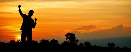 persoon opgewonden bij de zonsondergang foto