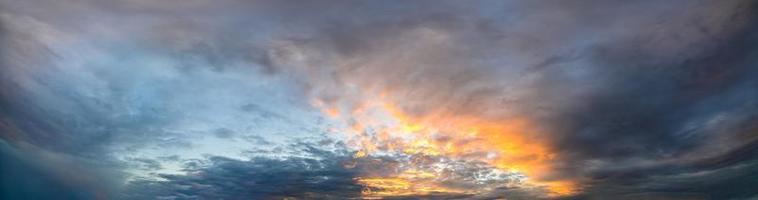 oranje wolken bij zonsondergang foto