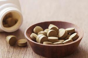 bruine pillen in een kom