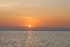 zonsopgang boven de zee foto