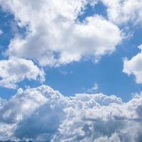 witte wolken aan de hemel foto