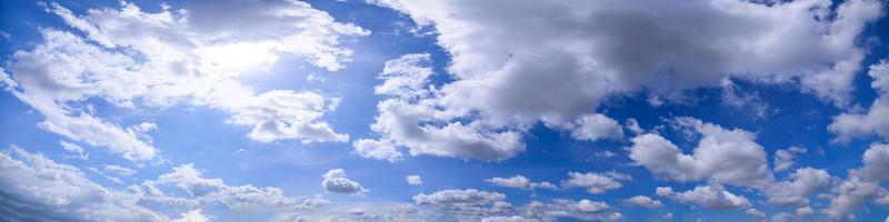 panorama van een blauwe hemel foto