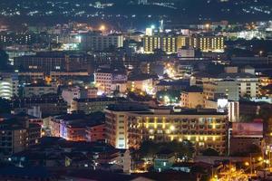 gebouwen in pattaya 's nachts foto