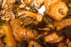 gestoofde varkenspoot in soep