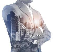 dubbele belichting van een zakenman in pak en cityacape foto