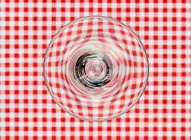 glas op tafelkleed foto