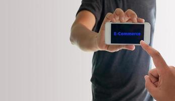 persoon met telefoon met e-commerce op het scherm foto