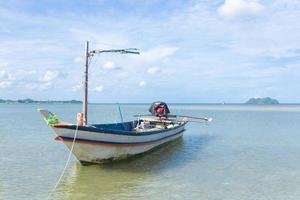 kleine vissersboot op het strand