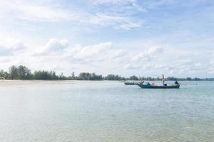 kleine vissersboot op het strand foto