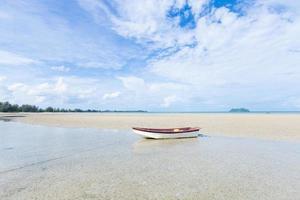 kleine boot op het strand foto
