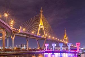 bhumibol-brug in bangkok 's nachts