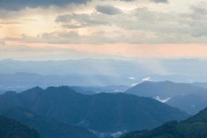 bergen bedekt met mist in thailand