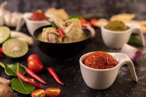 rode currypasta gemaakt van chili foto
