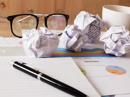 bedrijfsrapportpapier met pen op bureau foto