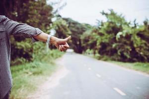 jonge vrouw liften langs een weg