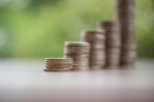 een stapel munten in de groene natuur foto