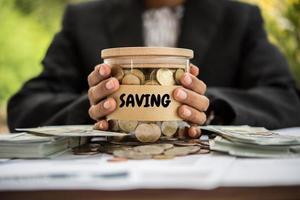 geld in een glazen pot in de natuur, investeringsconcept
