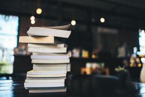 een stapel boeken op een tafel in een café foto