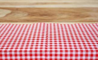 rode doek op houten tafel foto