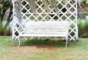 witte bank buiten foto