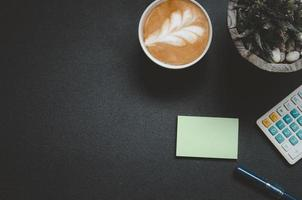 bovenaanzicht van het bureau met een latte