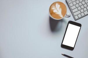bovenaanzicht van mockup slimme telefoon en latte