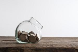 geld besparen concept van het verzamelen van munten op een houten achtergrond