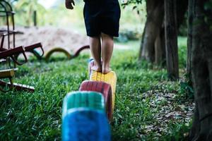 kind loopt op banden in de speeltuin