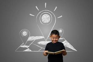 jonge jongen tegen een schoolbord met het doel