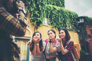 groep gelukkige vrienden die samen selfies nemen in een stedelijk gebied foto