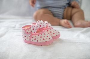 pasgeboren schoenen op een witte matras foto