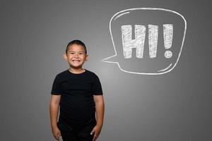 jonge jongen schreeuwt luid met tekstvak hallo op schoolbord
