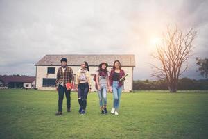 groep studenten die na de les door het park lopen foto