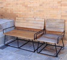 houten stoelen buiten foto