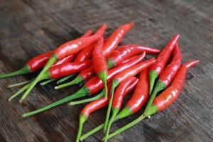 rode chilis op hout foto