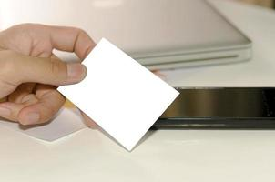 hand met witte mock-up visitekaartje foto