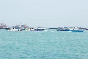 vissersboten op zee foto