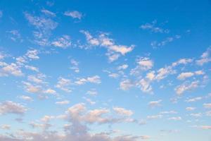 wolken verspreid over de lucht