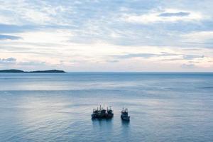 vissersboten op zee