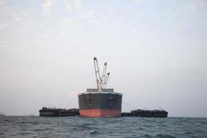 groot vrachtschip op zee