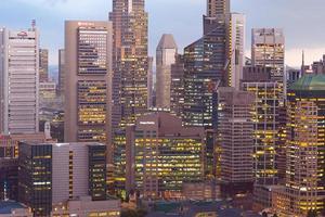 singapore skyline van de stad 's nachts foto